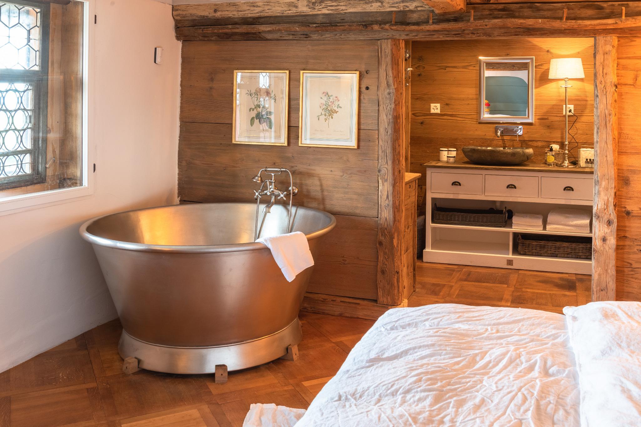Keiserskammer-Bettwil-Freiamt-Bedandbreakfast-Zimmer-Übernachtung-Badewanne-Familienzimmer-Kinderbetten-Alkove-Dusche
