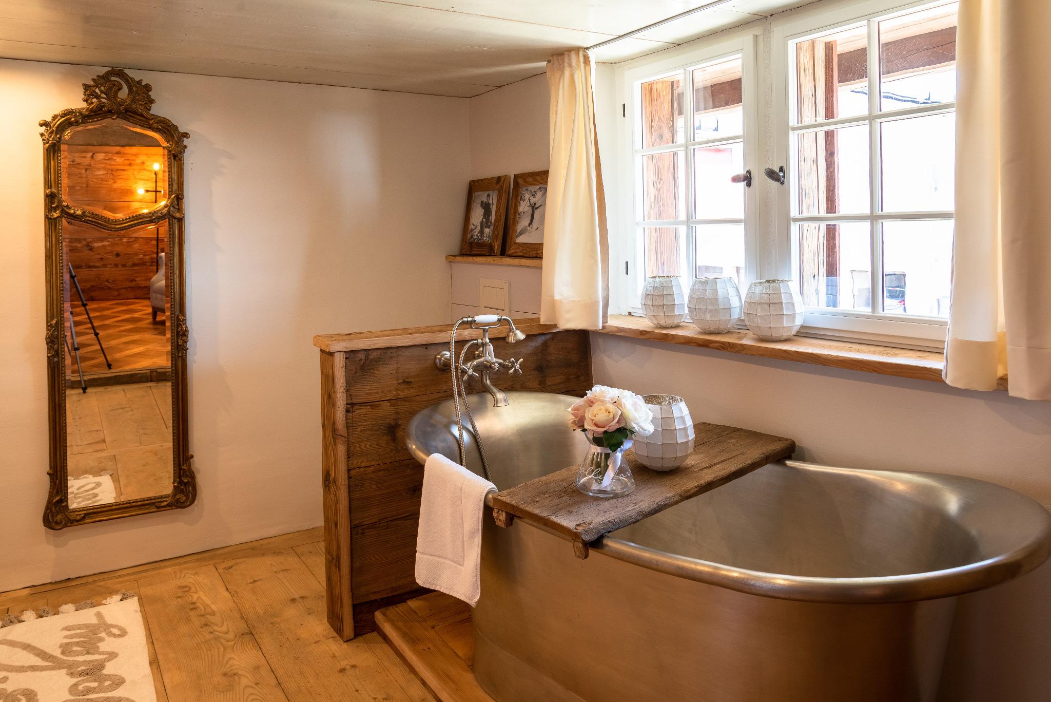 keiserskammer-bettwil-zimmer-bedandbreakfast-lilienzimmer-badewanne antik